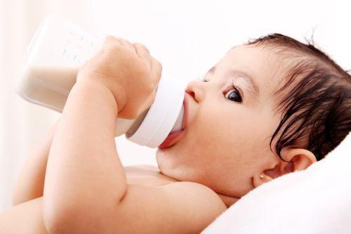 5 pasi simpli pentru a-ti convinge bebelusul sa renunte la mesele de noapte