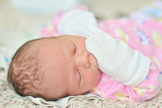 De ce sa NU ii pui manusi nou-nascutului