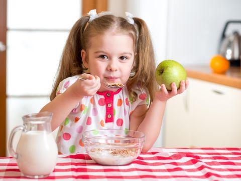 Reguli despre alimentatie pe care copilul tau le va adopta usor